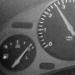 De que lado do carro está o bocal do tanque de combustível?