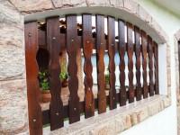 Muro com grade de madeira